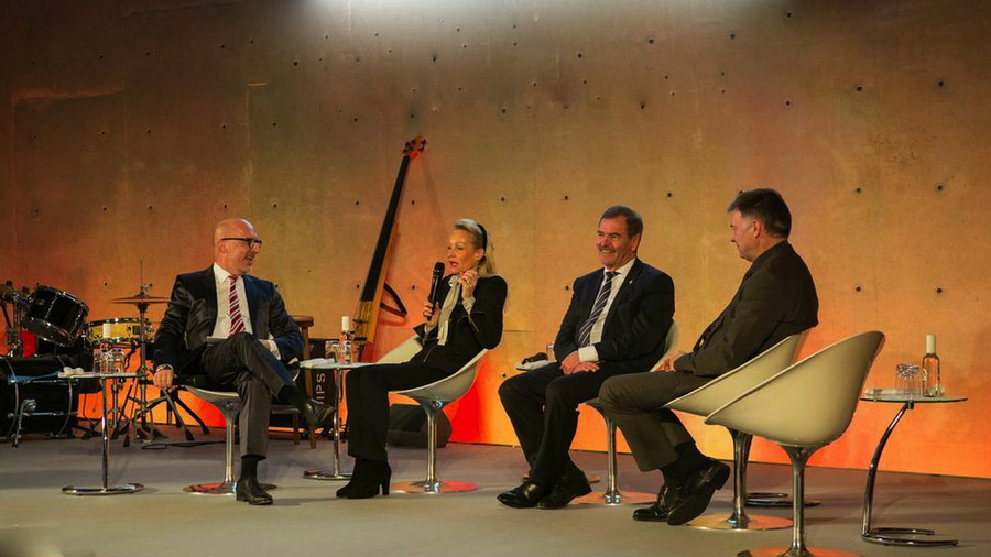 Talkrunde mit Karin Gräfin Sassoli de' Bianchi de' Medici, Prof. Dr. Michael Bamberg, Dr. Johannes Bruns & Stephan Pregizer<br>Abendveranstaltung German Cancer Survivors Day 2015<br>Foto &copy; Deutsche Krebsstiftung / <a href='http://ro-b.com' target='_blank'>Robert Böckmann</a>
