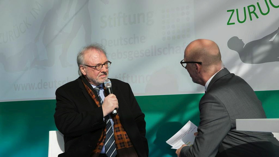 Lebendiges Gespräch - Rudolf Henke (MdB) zeigt viel Einfühlungsvermögen<br>1. German Cancer Survivors Day 2015<br>Foto &copy; Deutsche Krebsstiftung / <a href='http://ro-b.com' target='_blank'>Robert Böckmann</a>